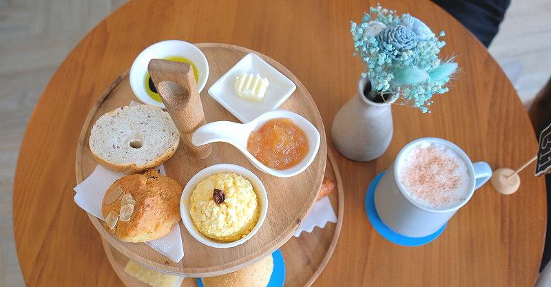台中豐原︱日青咖啡.藍白色系為主色調的網美系咖啡館,咖啡、甜點好喝又好吃,戶外還有一片彩繪牆,適合來一張IG照 @QQ的懶骨頭