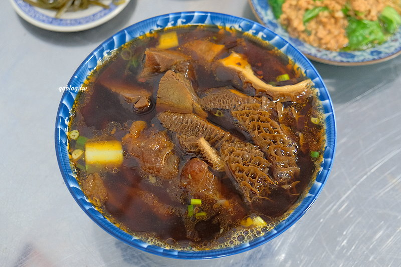 台中豐原︱七巧福牛肉麵.湯頭濃郁味道重,牛肉份量多又大塊,一碗就可以吃好飽,豐原牛肉麵推薦 @QQ的懶骨頭