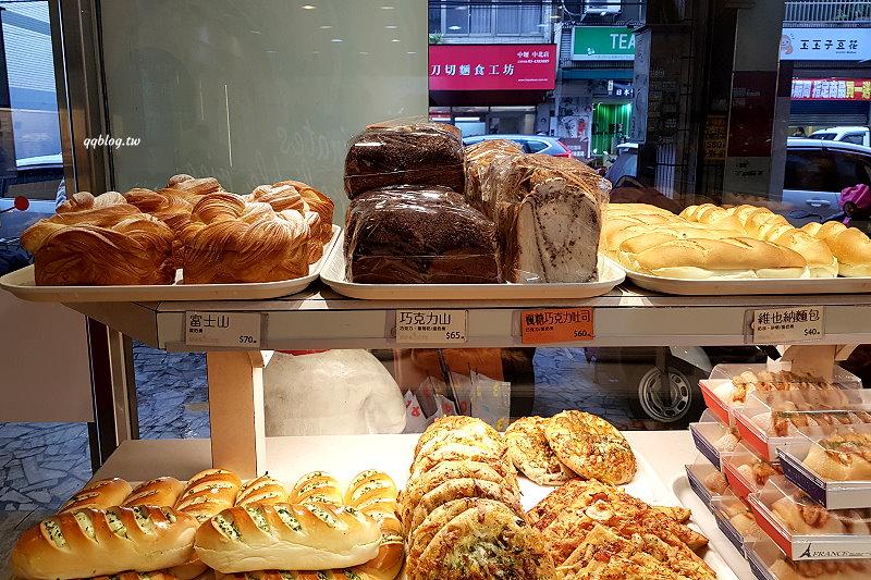 桃園中壢︱佳樂精緻蛋糕專買店.桃園人氣伴手禮波士頓派,我愛芋頭口味勝過草莓 @QQ的懶骨頭