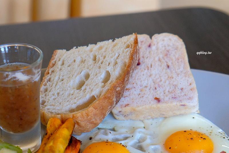 台中南屯︱Yolo Moment 新美式烘焙&舒食餐館.環境舒適的獨棟用餐空間,甜點、咖啡的表現也不錯,也有自家烘焙麵包、肉桂捲 @QQ的懶骨頭
